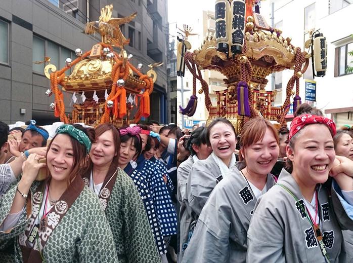 おみこしを担ぐ千須和さん。左は所属する「祭祀會」のはんてんを着て駒澤大学で。右はパレード用のはんてんを着てさいたま市の浦和で。いずれも一番手前が千須和さん。