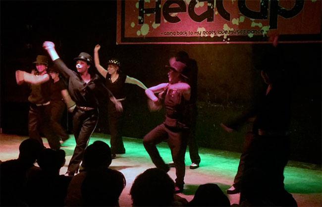 ダンスイベントの舞台で踊る神戸さん(最前列)