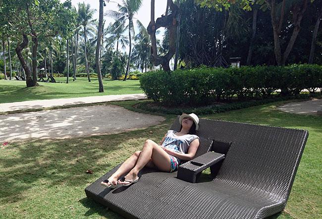 リゾートのデッキチェアでのんびりすることが一番の息抜きになっているという大倉さん