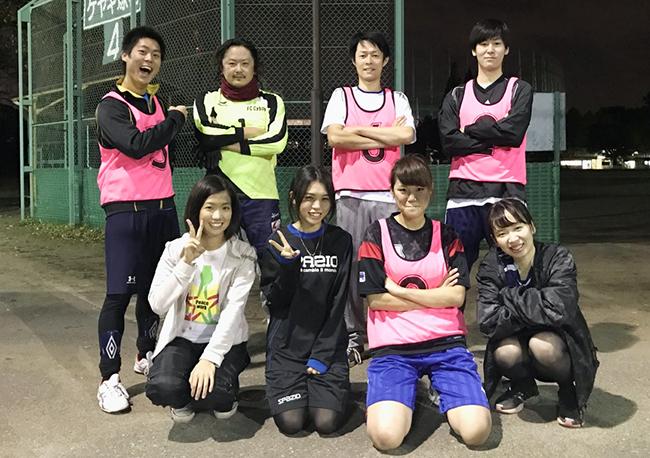 会社のフットサル部のメンバーと。前列右から2人めが瀬川さん。高校のサッカー部ではボランチだったそうです