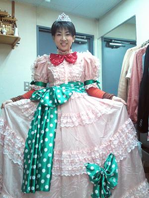 ファッション感覚がずれたオペラ歌手の卵の役で舞台に出演した時の神さん