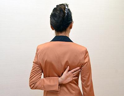 肩甲骨の下に手を置く時には手の甲を背中側に向けるとやすくなります