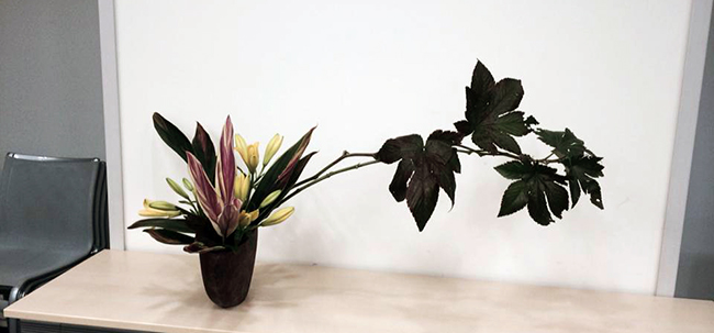 越智さんが手がけた生け花。花を生けることで自分と向き合っているといいます