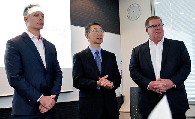 (左から)スコット・マクレディ・米ソニックウォール日本・アジアパシフィック地域担当VP、藤岡健・ソニックウォール・ジャパン代表、ビル・コナー・米ソニックウォール社長兼CEO(最高経営責任者)