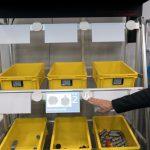 【スマート工場EXPO】プロジェクションマッピングでミスを防止するピッキングシステム アイオイ・システム