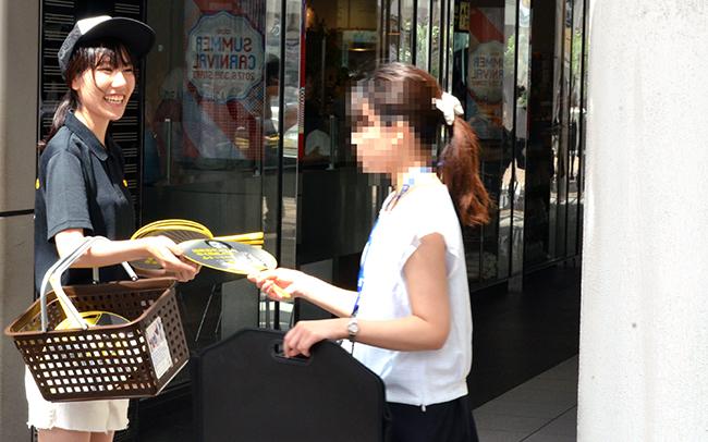 7月11日の配布の様子。ブログで告知していたこともあり、品川駅までうちわをもらいに来た人もいたという。