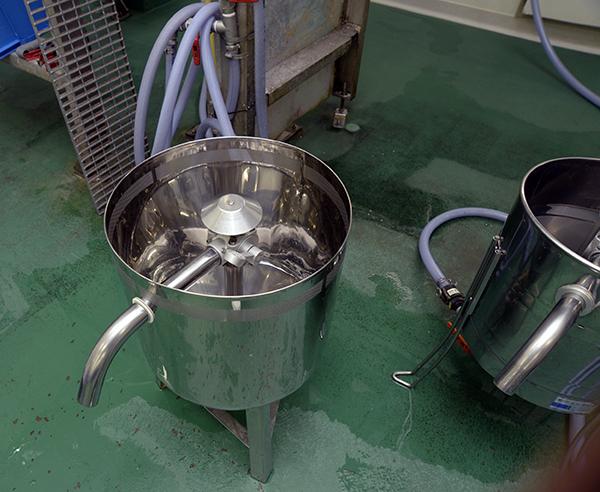 米ぬかなどを洗い落とす洗米機は通常の酒蔵で使われているものより小さい。これは次工程の吸水の際、少量で細かく水分調整を行うためだという。