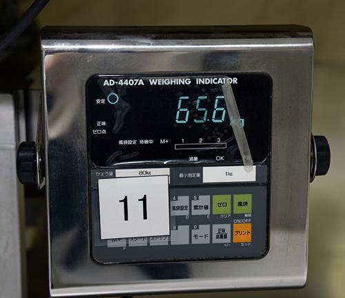 台の下にある重量計。常にチェックが行われ、台による乾燥具合のバラつきを最小限にしている。