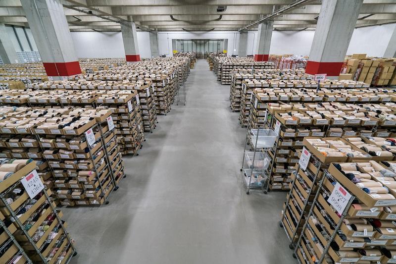 デファクトスタンダードの倉庫。約40万点の商品を保管している