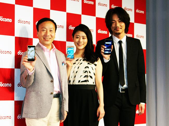 (左から)加藤薫・NTTドコモ社長、高畑充希さん、綾野剛さん