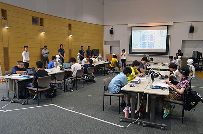 「Pepper(ペッパー)」のプログラミング体験プログラムには小学6年から高校3年までの子供が参加