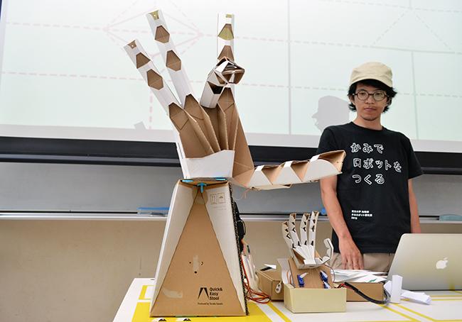 プログラムでは段ボールを使った手のロボットを製作