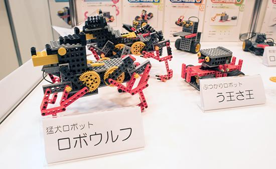 ヒューマンアカデミーのブースに並べられたロボットたち。