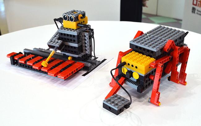 アドバンスプログラミングコースで製作するロボット。左は木琴を叩くロボット。右は黒い線をなぞって動くロボット