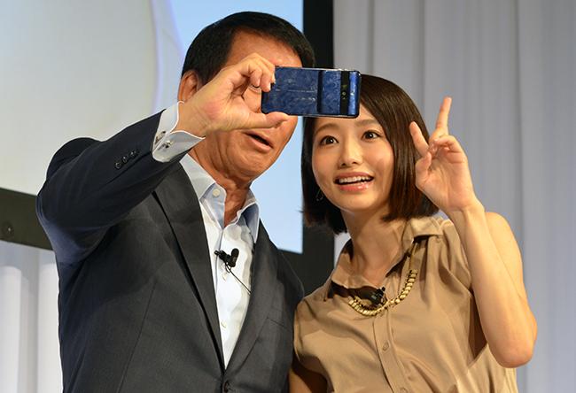 スマホ初体験という杉さんはカメラ機能を使って眞鍋さんとのツーショットも撮影