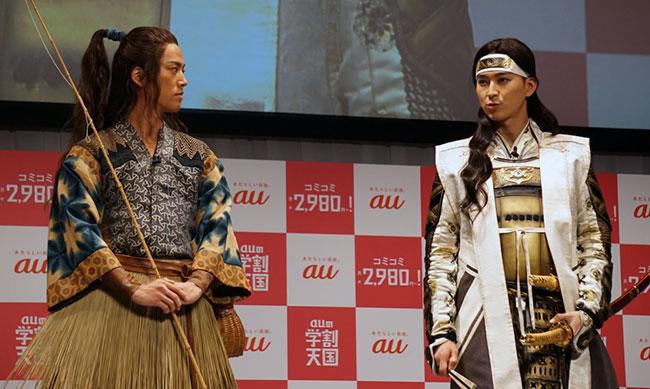 浦島太郎役の桐谷健太さん(左)、桃太郎役の松田翔太さん