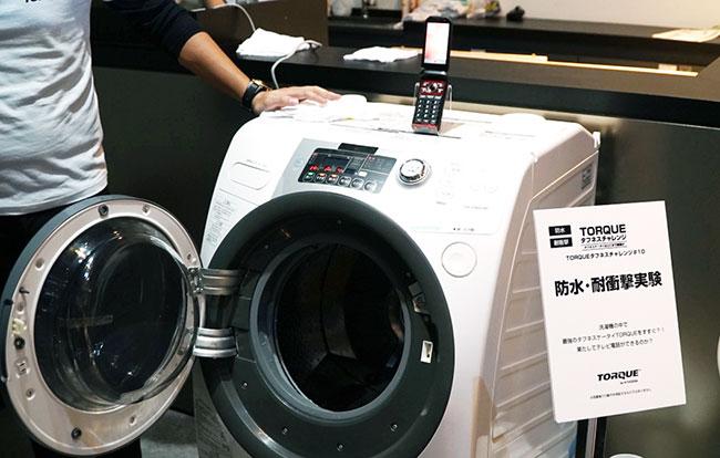 ドラム式洗濯機の中に置いて水ですすぐ、防水・耐衝撃の実験