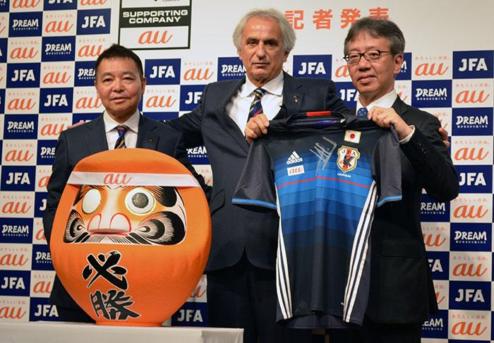 (左から)岩上和道・日本サッカー協会事務総長、ヴァイッド・ハリルホジッチ・サッカー日本代表監督、山田隆章・KDDIコミュニケーション本部長
