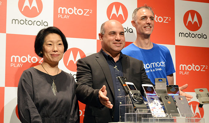 (左から)島田日登美・プロダクトマネージャー、ダニー・アダモポウロス社長、クリスチャン・フラワーズ・コンサルティングマネージャー