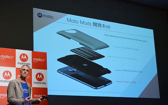 Moto Mods開発キットを説明するクリスチャン・フラワーズ・コンサルティングマネージャー