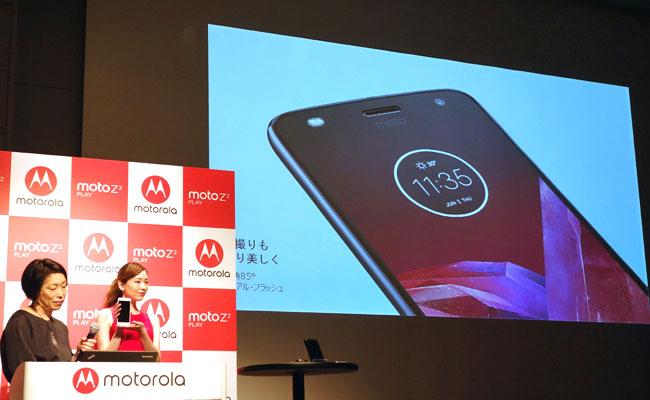 島田日登美・プロダクトマネージャー(左)は、カメラ機能の充実ぶりをアピール