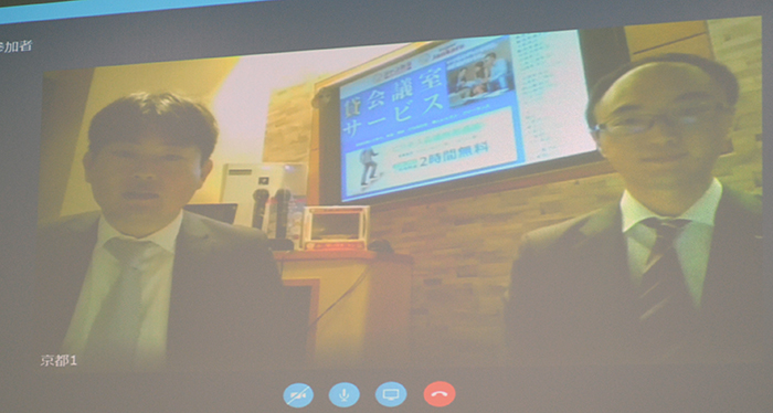 東愛産業の社員(左)がカラオケボックスをオフィスとして貸し出すサービスを紹介