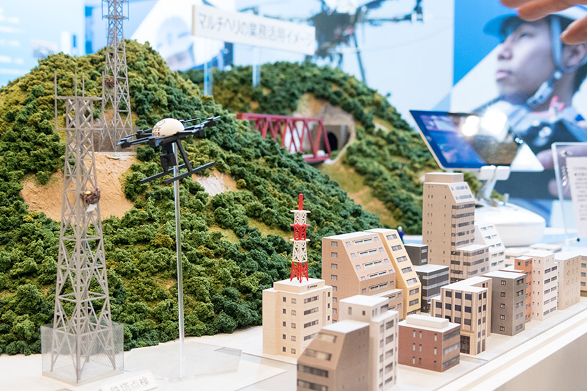 災害時のドローンを使った通信線の復旧イメージをジオラマモデルで展示