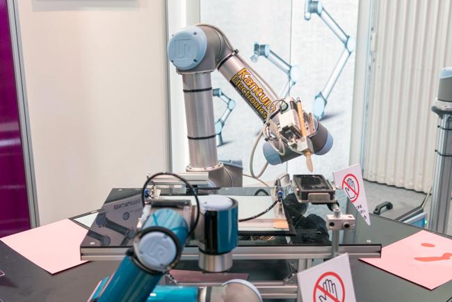 毛筆で書くロボットのデモ
