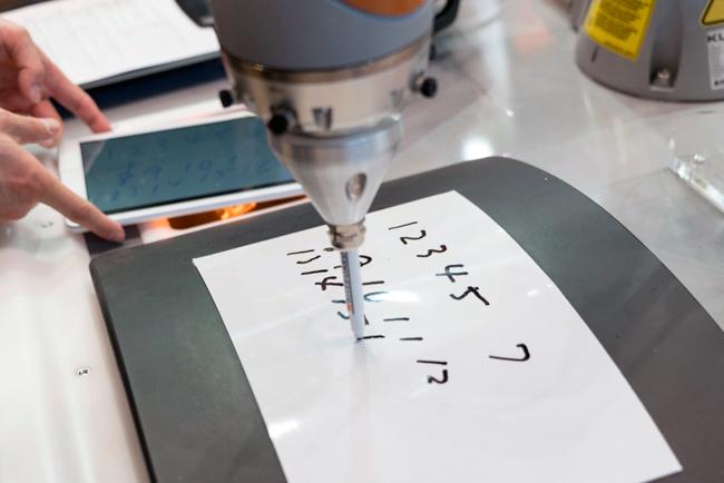 ロボットは文字を書く動作もなめらか