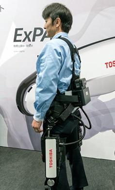 東芝が参考出展したパワーアシストスーツ「ExPAS」