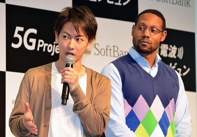 (左から)佐藤健さん、白戸家のお兄ちゃん役のダンテ・カーヴァーさん