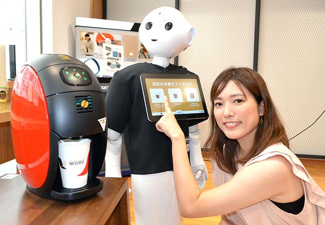 「ロボカフェ」は、Pepperとサーバーを通信で連動させて顧客にコーヒーを提供する
