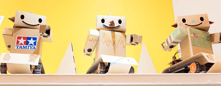 段ボールのロボットが踊るワイズインテグレーションのブース。