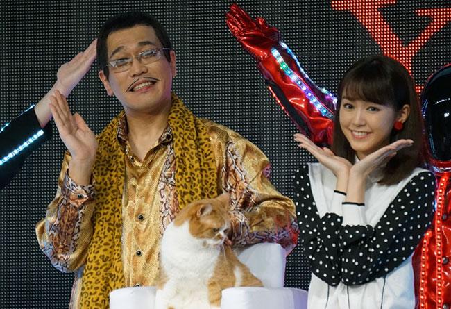 (左から)ピコ太郎、ふてにゃん、桐谷美玲さん